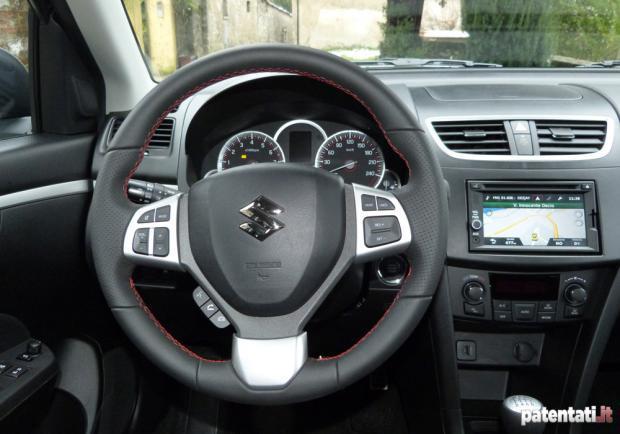 Prova Suzuki Swift Sport volante sportivo rivestito in pelle