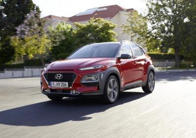 Nuova Hyundai Kona rossa tre quarti frontale