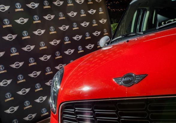?Mini goes to Santa Claus? Mini Countryman dettaglio cofano