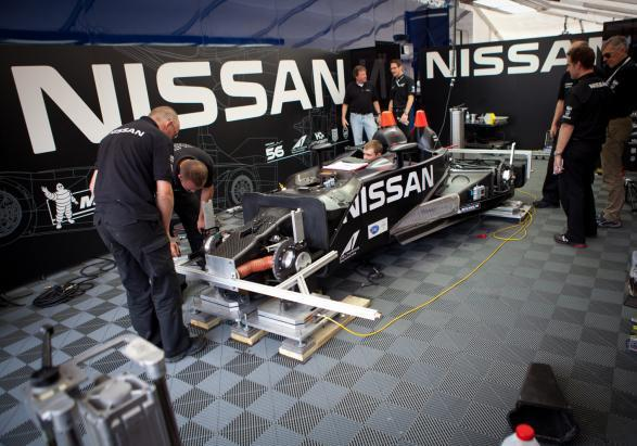 Nissan DeltaWing con staff