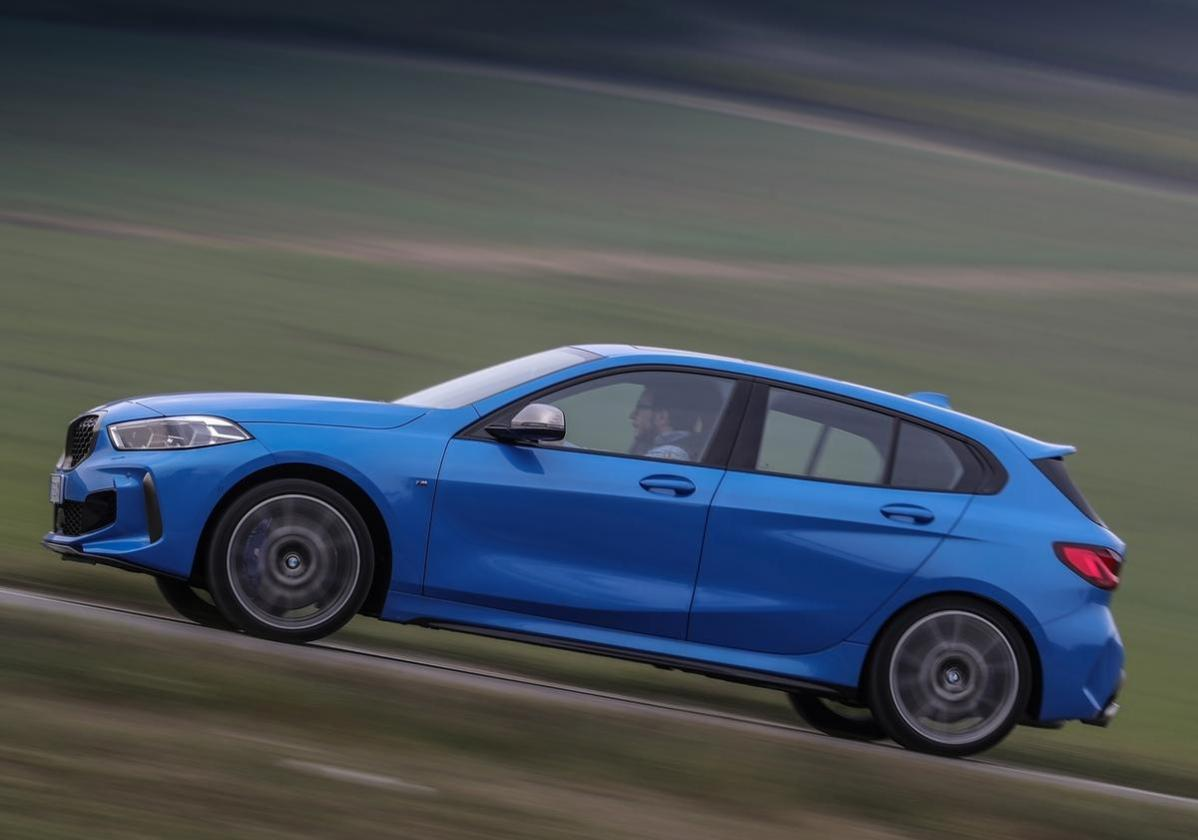 Nuova BMW Serie1 M 135i laterale in movimento
