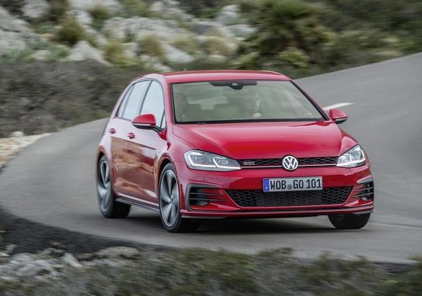 Nuova Golf GTI Performance rossa tre quarti anteriore