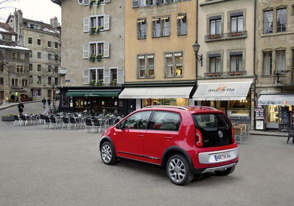 Volkswagen Cross Up! tre quarti posteriore lato sinistro