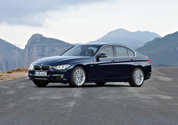 BMW Serie 3 berlina Luxury tre quarti anteriore