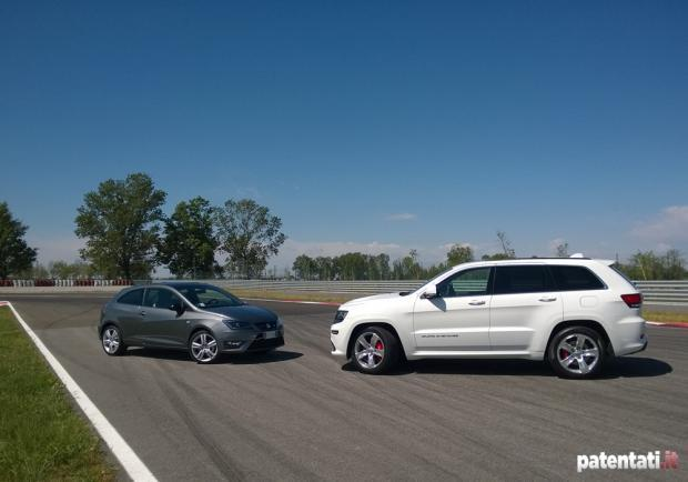 Jeep Grand Cherokee SRT vs Seat Ibiza Cupra in pista