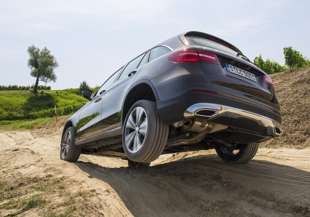 Mercedes GLC 250d 4Matic in off-road tre quarti posteriore