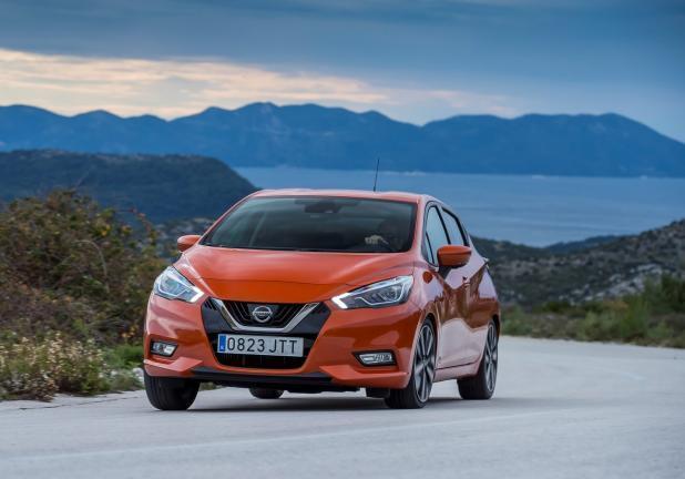 Nissan Micra arancione tre quarti anteriore curva