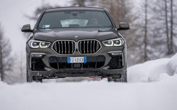 Nuova BMW X6 frontale movimento