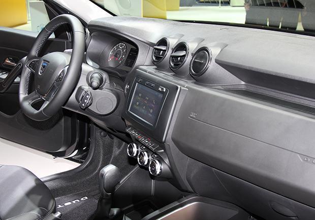Nuova dacia duster foto e caratteristiche del nuovo modello visto a francoforte patentati for Duster interni
