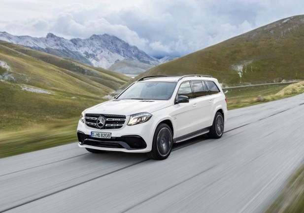 Nuova Mercedes GLS bianca in movimento