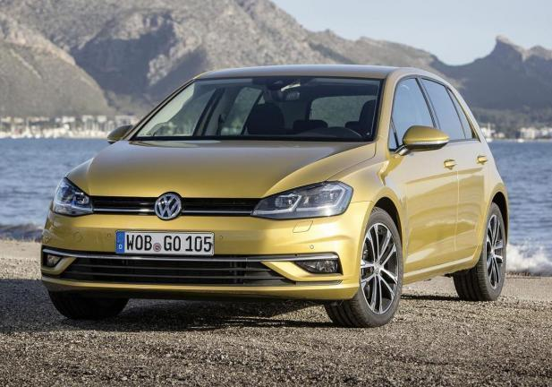 Nuova Volkswagen Golf 2017 gialla tre quarti