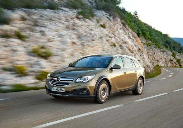 Opel Insigna Country Tourer tre quarti anteriore in movimento