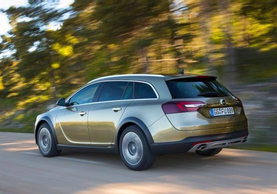 Opel Insigna Country Tourer tre quarti posteriore in movimento
