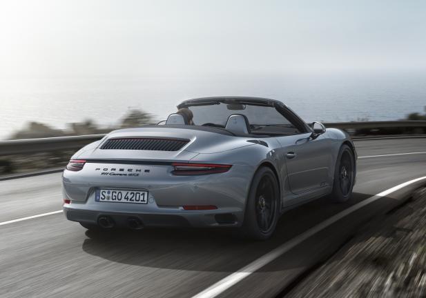 Porsche 911 GTS Cabrio grigia