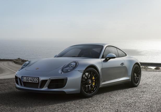 Porsche 911 GTS grigia tre quarti anteriore