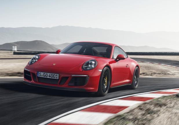 Porsche 911 GTS rossa tre qaurti anteriore