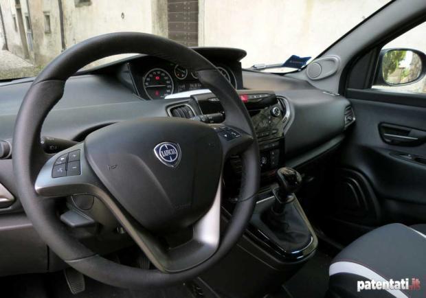 Lancia ypsilon metano ecochic la prova su strada patentati for Lancia y momo design interni