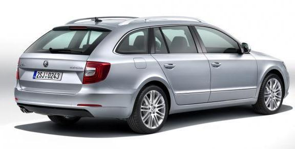 Skoda Superb Wagon restyling tre quarti posteriore
