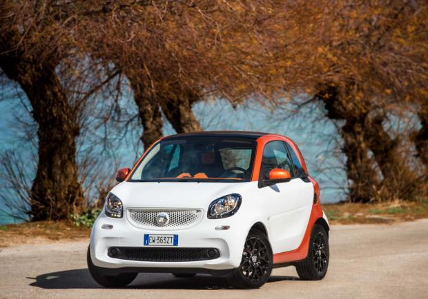 Test drive Smart Fortwo 70 automatic tre quarti anteriore