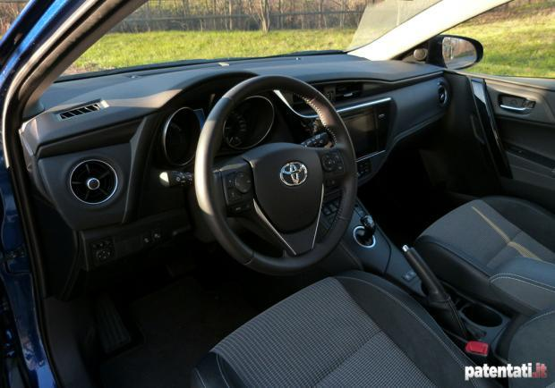 Toyota Auris Hybrid Touring Sports interni