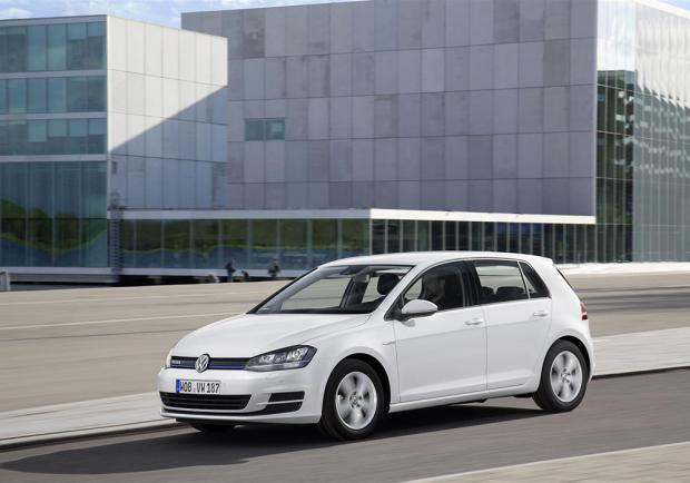Volkswagen Golf 1.0 TSI BlueMotion tre quarti anteriore