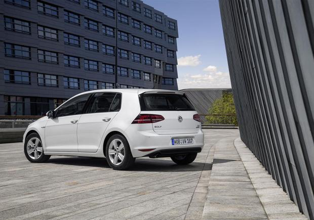 Volkswagen Golf 1.0 TSI BlueMotion tre quarti posteriore