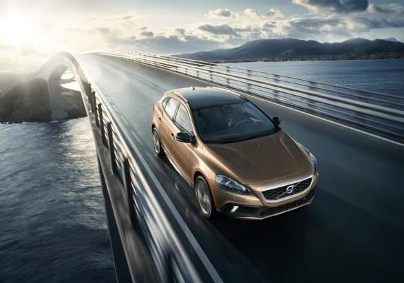 Volvo V40 Cross Country my 2014 tre quarti anteriore
