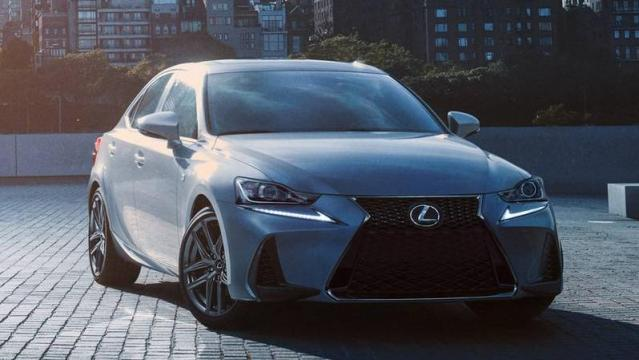 Lexus IS Hybrid tre quarti anteriore