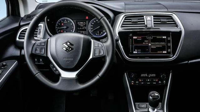 Suzuki S-Cross interni immagine